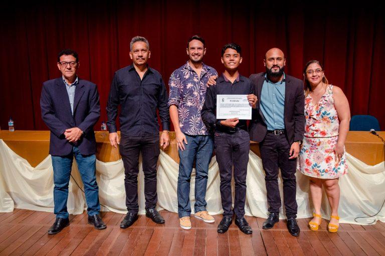 Projeto Libras para a Comunidade entrega certificados a 350 alunos