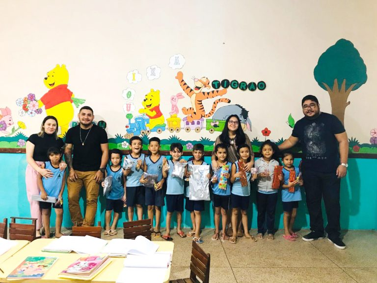 Servidores da Biblioteca Central entregam brinquedos arrecadados com 'Multa Solidária'