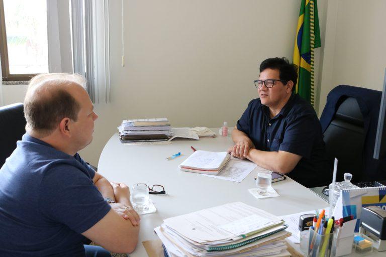 Reitor recebe deputado federal para compromisso de bolsas e auxílios na Universidade